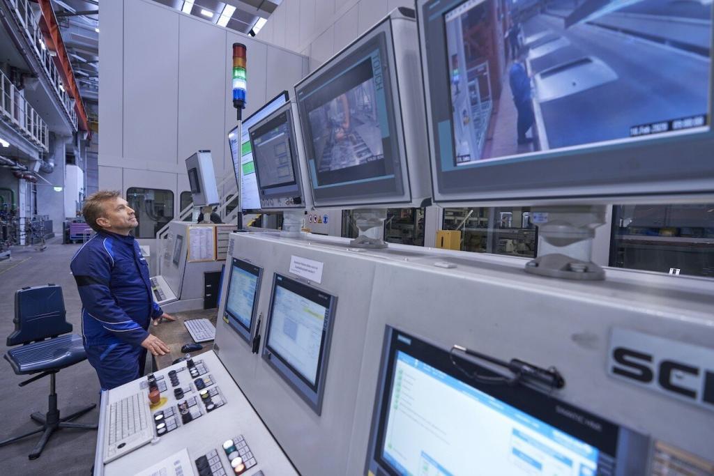 Die Mitarbeiter im Presswerk erhalten alle relevanten Daten aus der Cloud in Echtzeit und können diese beispielsweise für Qualitätskontrollen direkt nutzen. Bild: BMW